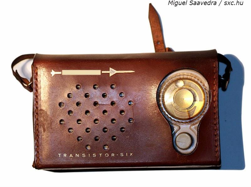 aparelho de rádio antigo recoberto com capa de couro. O rádio continua sendo líder de audiência em muitos horários, ao contrário do que diziam as previsões mais catastróficas.