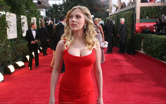 Scarlett_Johansson_on_red_in_red