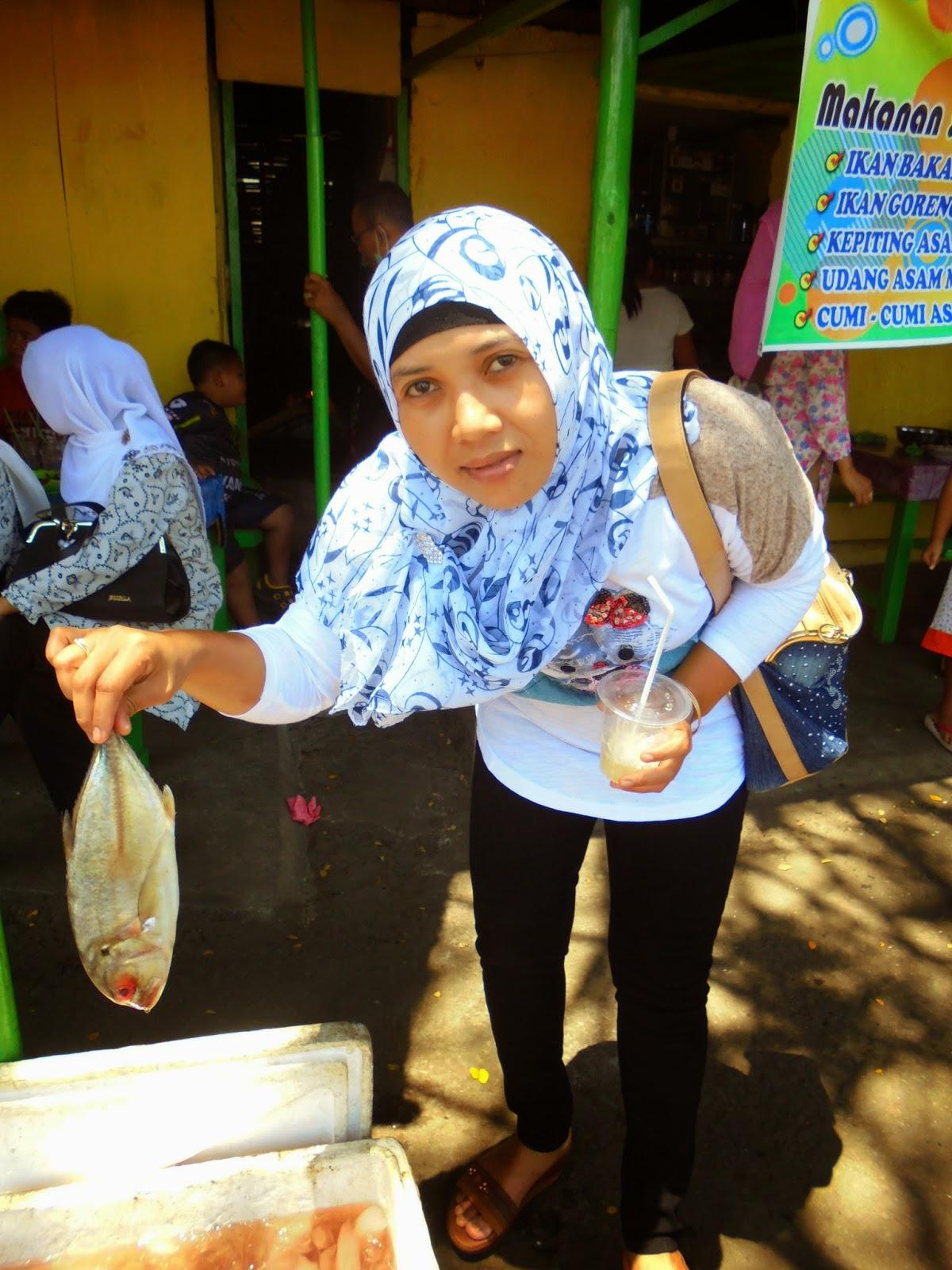Istri Sedang memilih Ikan buat dimasak