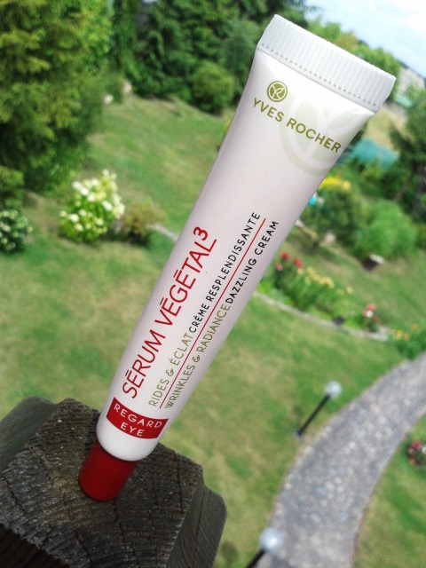 Krem pod oczy przywracający blask - Serum Vegetal 3 z Yves Rocher.