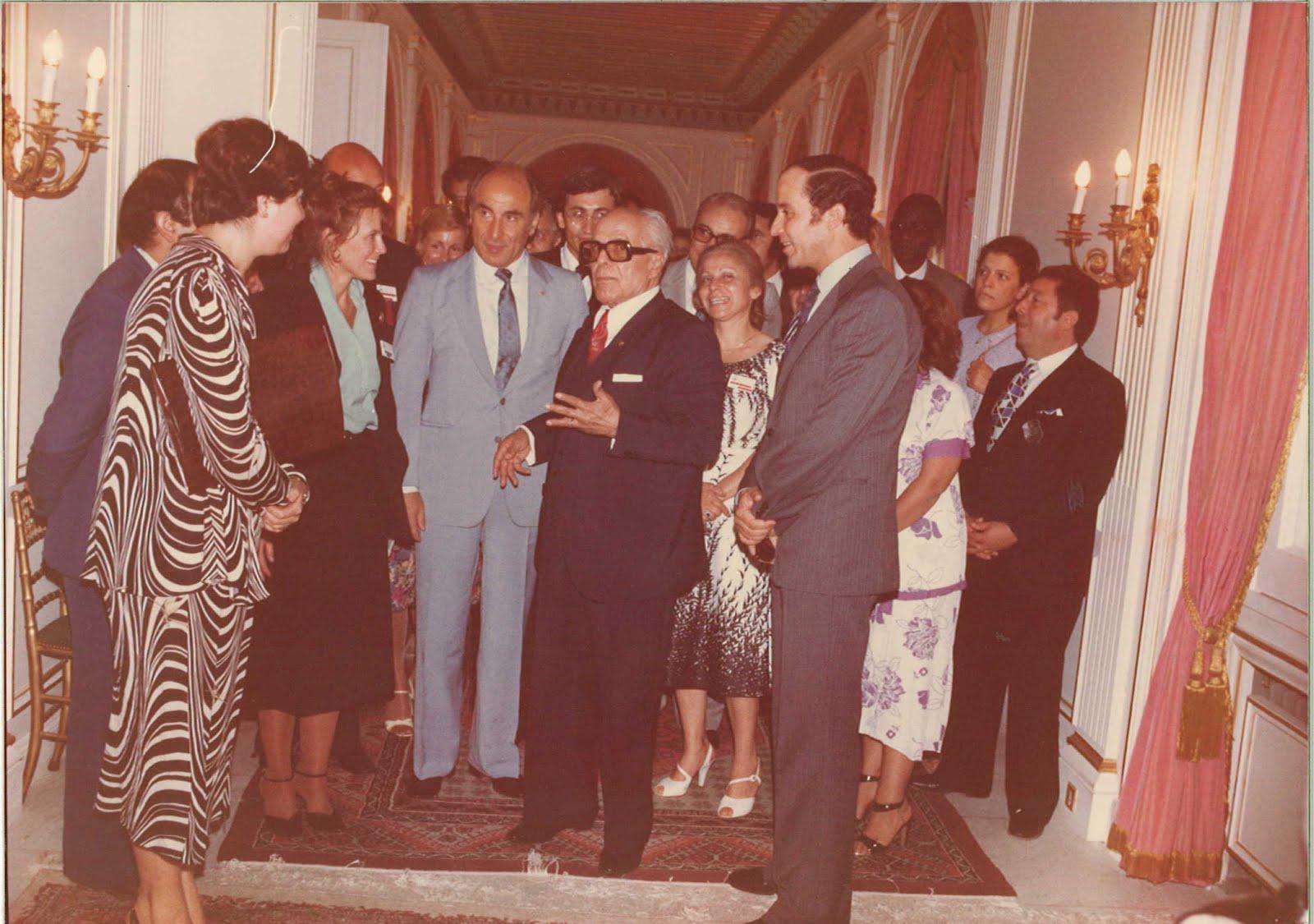 Habib Bourguiba détendu dialoguant avec une représentante américaine