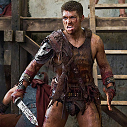Liam McIntyre como Spartacus al final de Vengeance