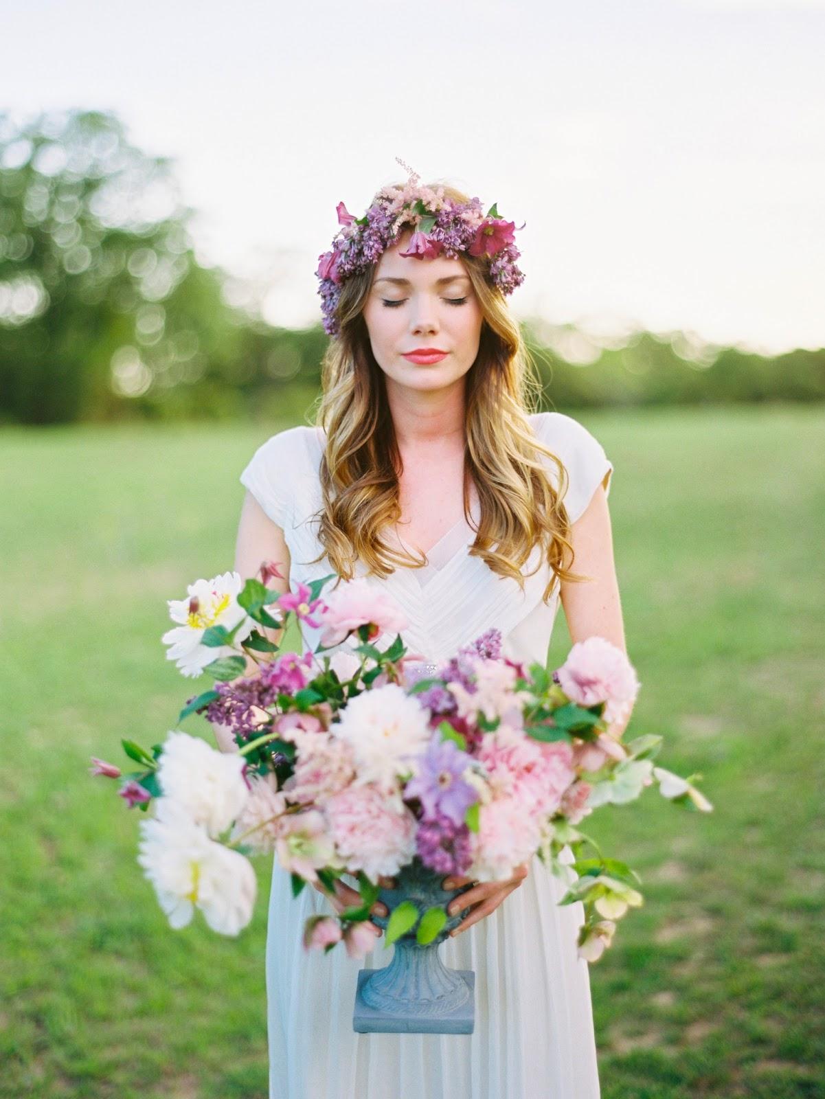 Невесты в венках из живых цветов фото