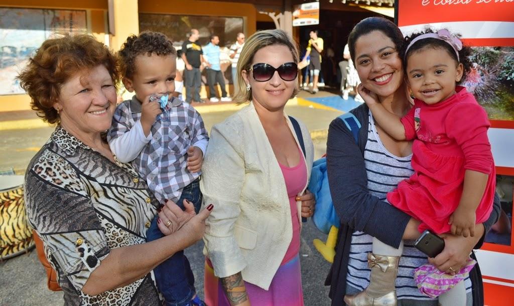 Programa em família: Teresa Branco, Vanessa Branco e Sabrina Macário com os pequenos Bryan e Heloísa