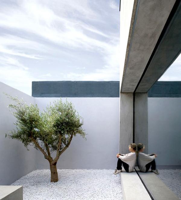 Black eiffel reflection on minimalism for Contemporary minimalist spaces