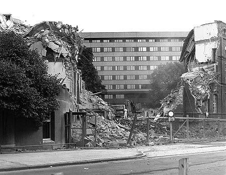"""Diesen imposanten Blick hatte man im Sommer 1976 an der Pferdebachstraße vom Eingangsbereich des Altbaus zum inzwischen bezogenen Neubau, der scheinbar wie """"ein Phoenix aus der Asche"""" ent-standen war. (Foto: DWR-Archiv)"""