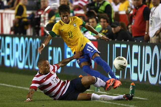 Um dos destaques do último duelo, em 2012, Neymar desta vez fica no banco (Foto: Bruno Domingos/Mowa Press)