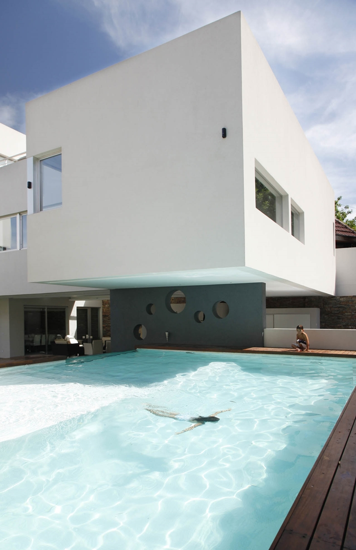 Swimming pool of Modern Villa Devoto by Andres Remy Architects