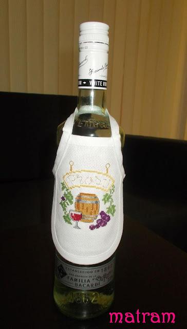 fartuszek haftowany na butelkę
