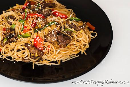 Makaron stir-fry z wołowiną