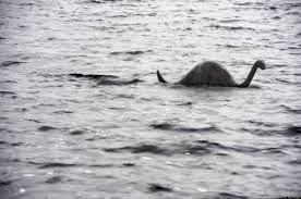 Foto penampakan pertama monster Loch Ness, yang diambil oleh Colonel Robert Wilson. (National Geographic)