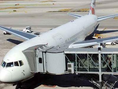 Flugzeug vor dem Einsteigen der Passagiere © Copyright oatsy40, Flickr