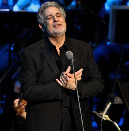 Plácido Domínguez cantando en concierto