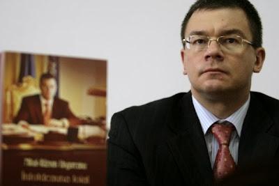 Români treziți-vă! USL aruncă în aer România, urmează catastrofa taxelor. Domnii Ponta și Antonescu – primii responsabili ai sărăcirii tuturor românilor.   Cereți-le socoteala ACUM!   USL a decis:   Introducerea impozitului pentru construcții speciale pe persoane juridice. Companiile vizate vor transfera toate aceste costuri în prețul final al produselor. Rezultatul – scăderea puterii de cumpărare.   Acciza de 0,7 eurocenti la litru de carburant. Creșterea se va vedea direct în prețuri. Rezultatul – inflația va crește peste prognoze, ca urmare accizele vor crește mai repede.   Salariul minim – creștere la 850 lei de la 1 ianuarie și 900 lei de la 1 iulie. O taxă în plus pentru privați. De asemenea, orice mărire de taxe se transferă în prețuri. Diferența dintre ajutorul de șomaj și salariul minim este mult prea mică pentru a reuși cu adevărat să reducă numărul șomerilor. Taxele prea mari vor încuraja munca la negru. Rezultatul – o creștere a inflației și a numărului de șomeri.   Creșterea cu 25% a redevențelor pentru resursele minerale.   Toate aceste măsuri se adaugă la restul de taxe și impozite noi sau mărite de guvernarea USL:   Impozit obligatoriu pe venit de 3% pentru firmele a căror cifră de afaceri este mai mică de 65.000 euro.   Impozit de 16% pe veniturile considerate dividende   Cota unică de 16% pe veniturile din silvicultură și piscicultură.   Impozit pe veniturile din creșterea și exploatarea animalelor și din valorificarea produselor de origine animală.   Alte impozite în agricultură   Coplata din sanatate.   Impozit pe venit si CAS pe diurna primita de angajatii institutiilor publice, pentru ceea ce depaseste de 2,5 ori nivelul stabilit.   Taxa speciala de 5% aplicata veniturilor din exploatarea resurselor naturale – altele decat gazele naturale.   Taxă pe monopolurile naturale (gaze naturale și energie).   Cota majorata de impozit de 50% pe veniturile din prestarea de servicii in tara sau strainatate, comisioane, dobanzi, dividende, redevente.   Timb