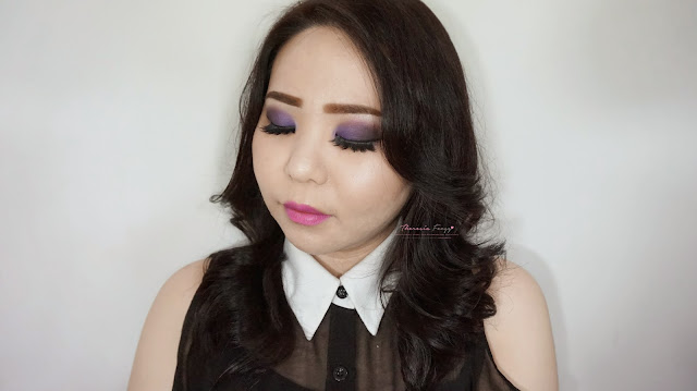 Get the romantic smokey look with purple and black colors on the eyes. A sultry romantic look for a prom night! Using Latulipe eyeshadow no 18. Cara makeup untuk prom night bernuansa ungu dan smokey yang sexy dan sultry tapi romantis. Menggunakan eyeshadow dari La Tulipe no 18.