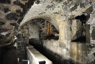 Apoditerio era l' ambiente riservato al ginnasio greco, e poi nelle terme romane era la zona dello spogliatoio