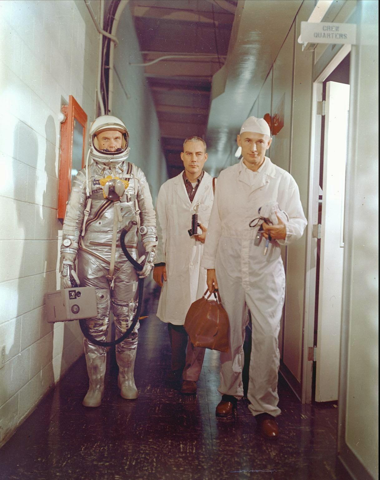John Glenn junto al equipo de especialistas de la Mercury 6