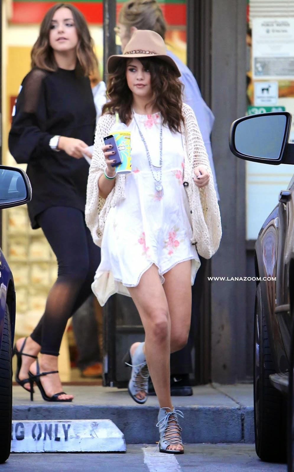 صور الجميلة سيلينا غوميز في فستان قصير يظهر أرجلها الناعمة في لوس انجليس