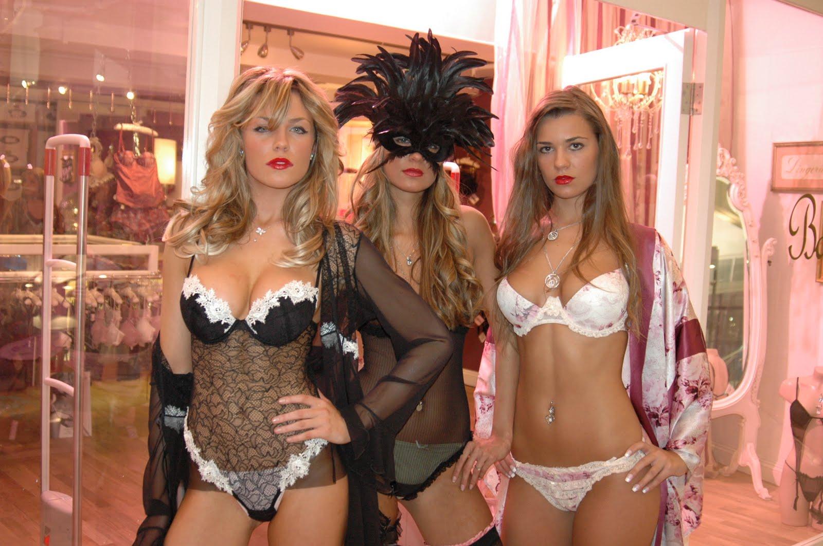 http://4.bp.blogspot.com/-gbbMGaclCFs/Tg3LZ8LxL5I/AAAAAAAAAPI/2I1-Czr-IvI/s1600/Abby+Clancy%252C+Shelly+and+Christine+Martin.jpg