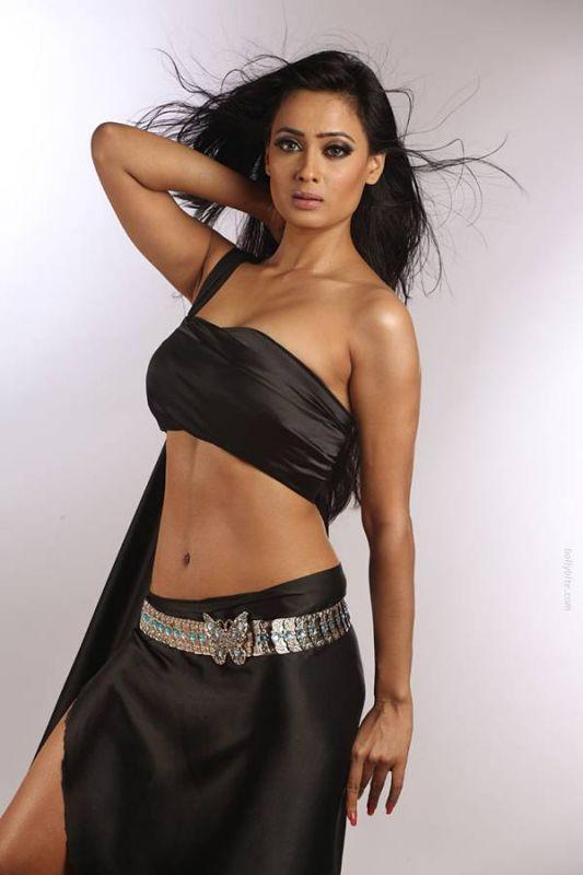 shweta-tiwari-hot-pic-black-saree