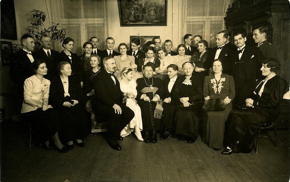 Ks. Sykulski w otoczeniu uczestników uroczystości. Podpis na fotografii: Inteligencja w Końskich 1938 r. Foto. w zbiorach KW.