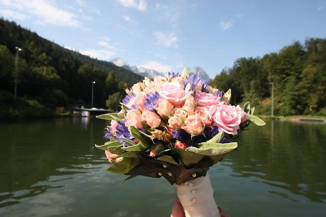 Brautstrauß mit rosa Wildrosen und Getreide vor dem Riessersee