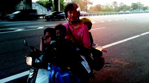 kisah viral lelaki bawa anak naik motor untuk pulang beraya
