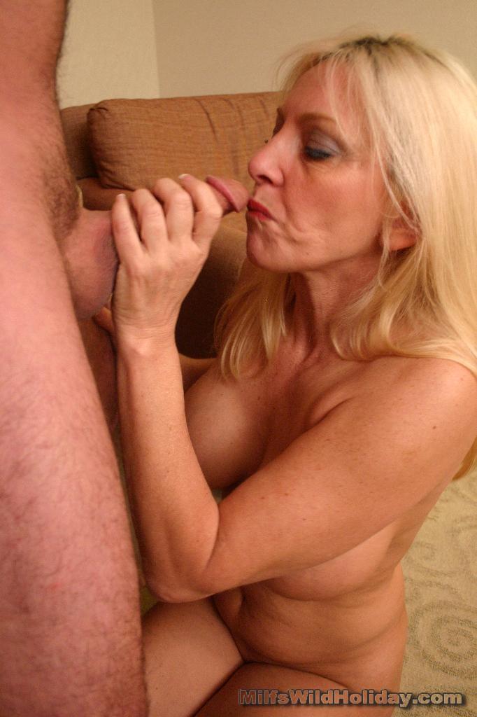 yaşlı kadın fatma teyze genc erkekle feci bir şekilde sikişiyor