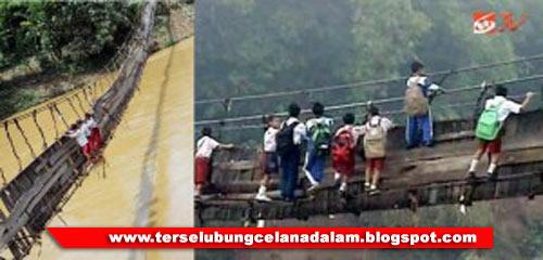pergi ke sekolah via jembatan gantung di Kampung Ciwaru yang mau roboh