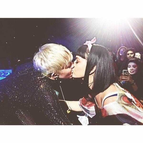 Foto Ciuman Nakal Miley Cyrus dan Katy Perry