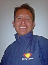 ANTONIO MORQUECHO CON SU CHAMARRA DE TELEVISA