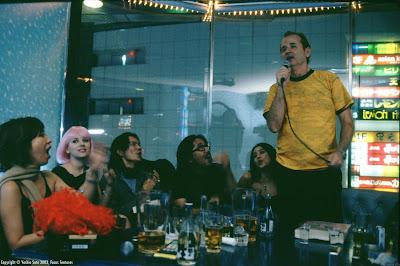 Bob Harris y Charlotte en un típico karaoke japonés.