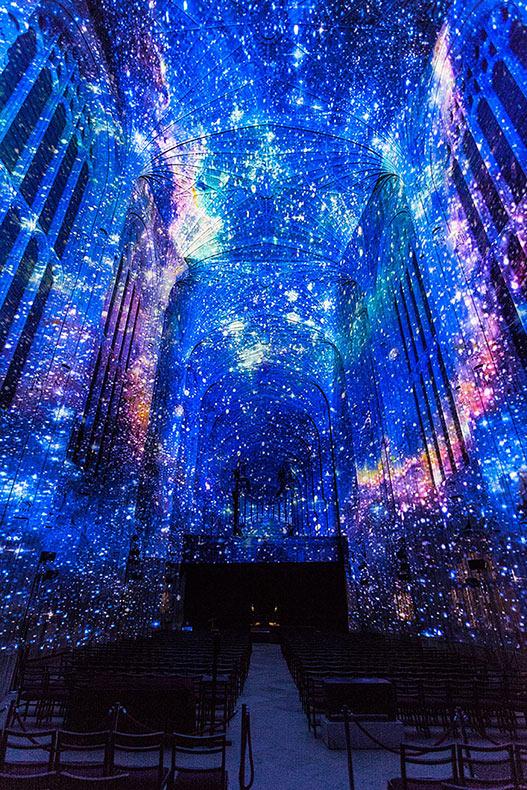 Millones de estrellas decoran la capilla de Cambridge en cautivadoras proyecciones