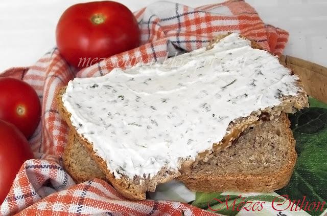 házi graham kenyér zöldfűszeres krémsajt fotó