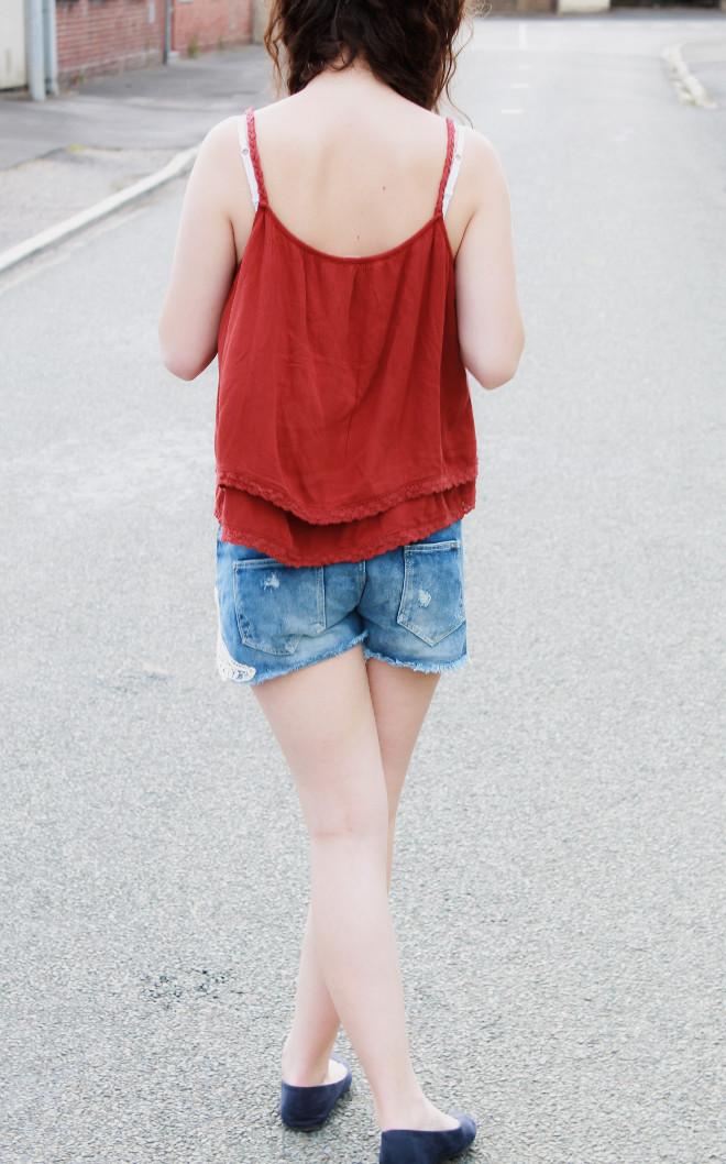 look-mode-rouge-short-jean-dentelle-débardeur-ballerines
