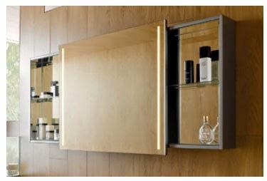 Зеркальный шкаф с раздвижными дверями позволяет получить легкий доступ к полкам с максимальным пространством для хранения вещей.