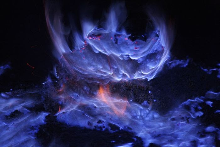 BLUE LAVA FROM INDONESIAN VOLCANO!!!!! PICTURES Blue%2BLava%2Bflow%2Bfrom%2BVolcano