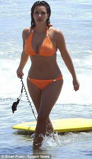 Foto Sexy Kim Kardashian di Pantai 5