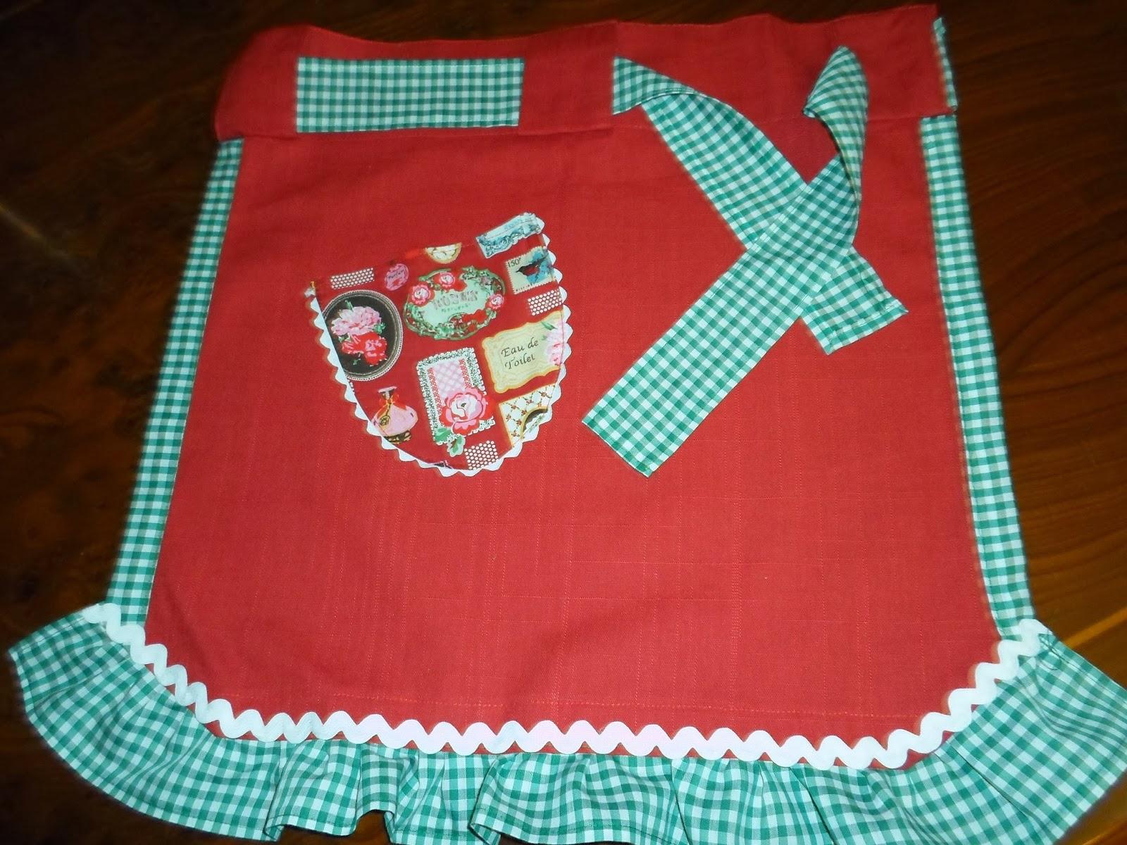 delantal rojo con vichy verde y blanco