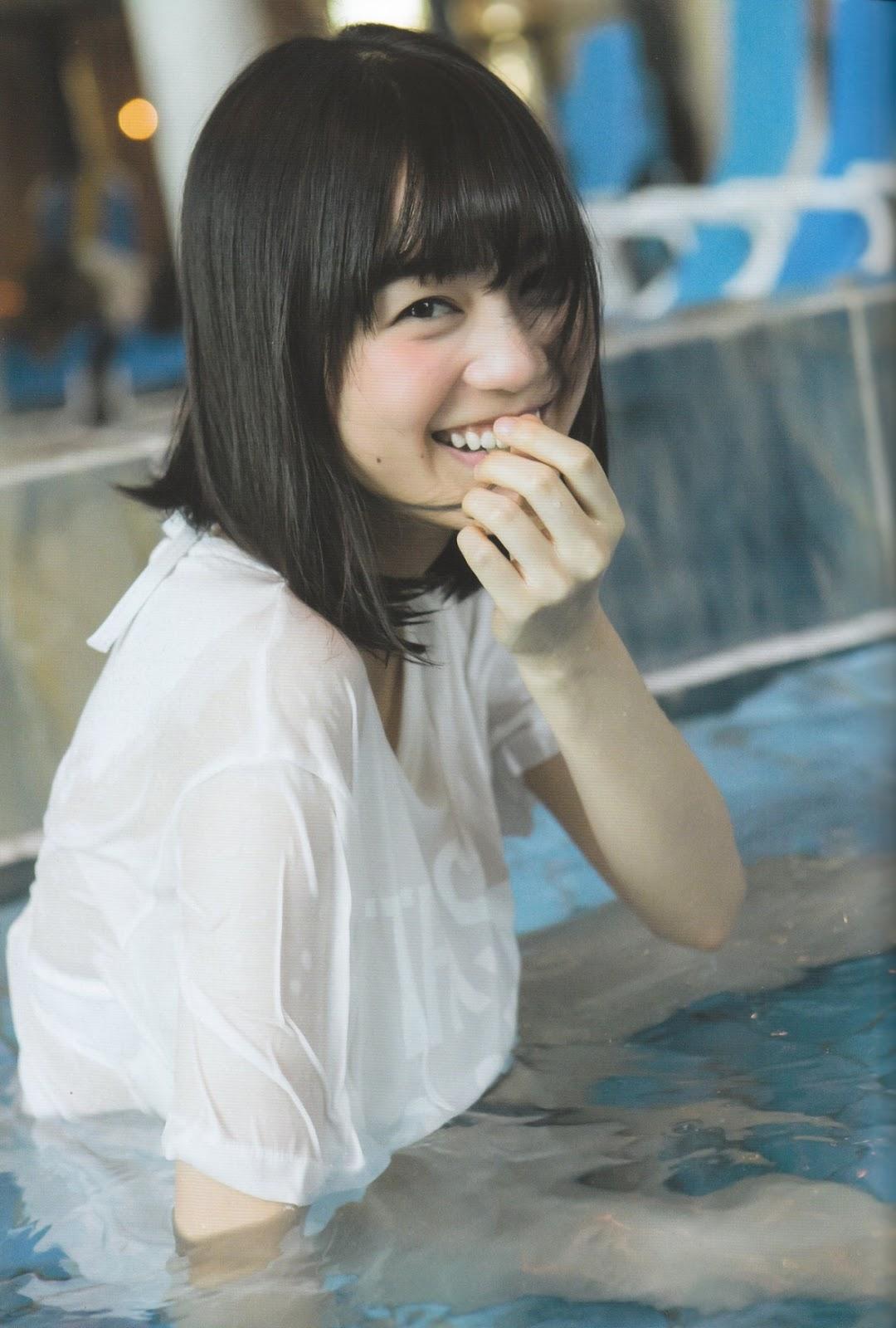 白いシャツを着用しプールに入っている生田絵梨花
