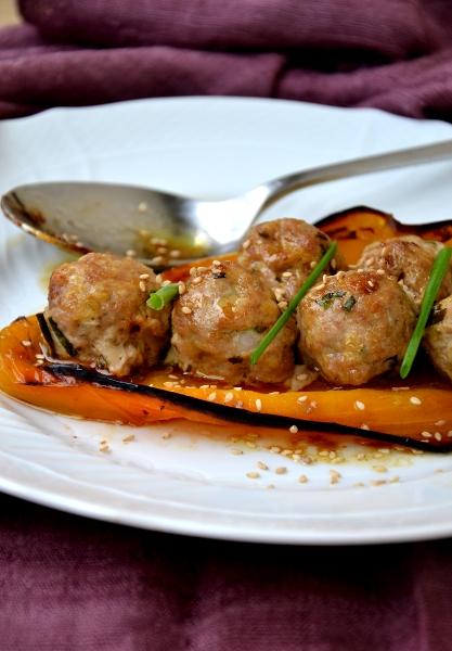 peperoni gialli con polpette di maiale e cipolotto