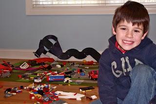 Niño con Lego. No sólo comen y duermen