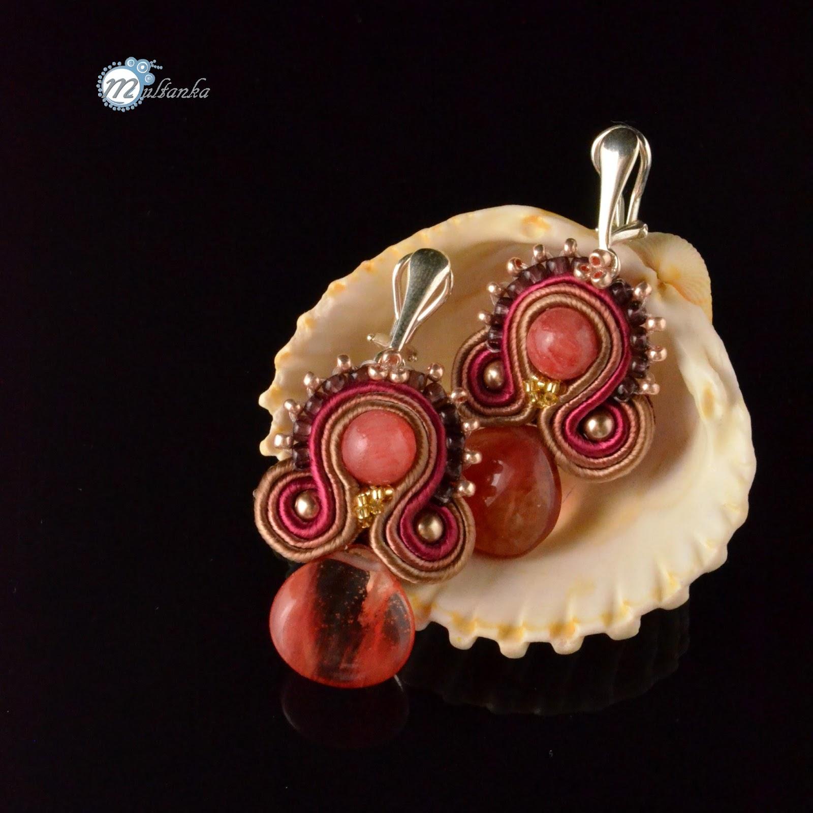 Niewielkie rude sutaszowe kolczyki klipsy z kwarcem malinowym. Wykonanie - multanka