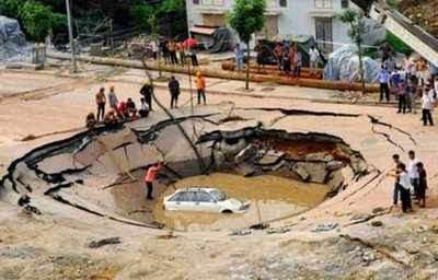 Gambar Aneh Tapi Nyata - foto mobil dalam lubang tanah yang amblas