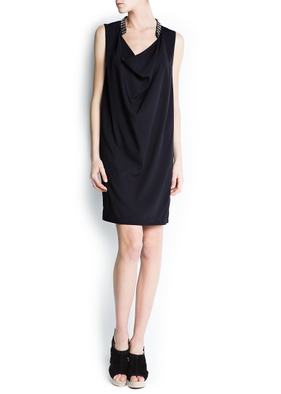 Drape yuvarlak yakalı ve iki renk boncuklu, kolsuz elbise.