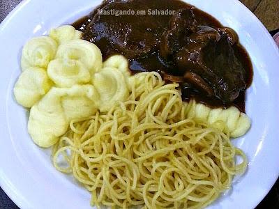 Chalezinho: Filé ao Molho Madeira acompanhado de Espaguete e Purê de Batata