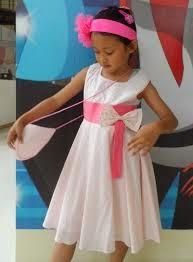 Anak kecil memakai gaun pesta