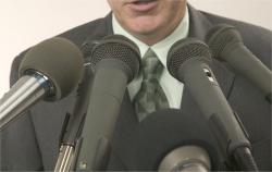 Homme qui parle devant des micros - Crédit visuel : Éléments de média Microsoft Office.com