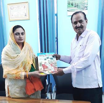 भाजपा जिला महिला मोर्चा की अध्यक्ष श्रीमती गुलाब सिंवर को अपना बालसाहित्य भेंट करते हुए