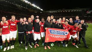 FÚTBOL-Manchester United gana la liga sin complicaciones